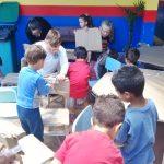Secretaria de Educação distribui móveis e livros para escolas municipais